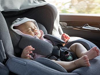 O bebê pode dormir no bebê conforto? Veja opinião de especialistas