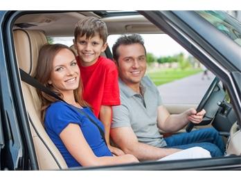 Com quantos anos a criança pode andar no banco da frente do carro?