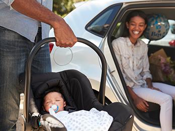É preciso usar o bebê conforto na saída da maternidade? Saiba mais